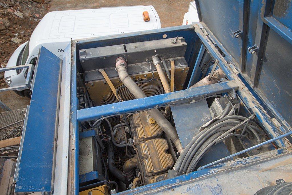 Le fabricant a choisi un moteur Cat C15 ACERT. Selon les options, on peut par exemple choisir les pompes à carburant et le type de bloc moteur.
